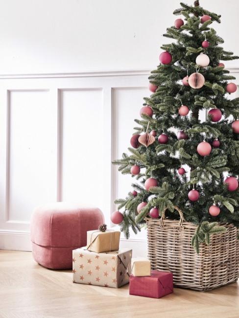 Jasny salon z choinką udekorowaną różowymi bombkami