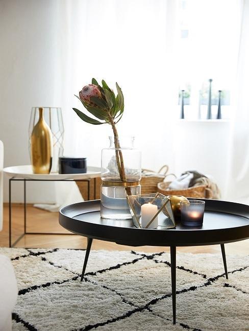 Mesa auxiliar negra con decoraciones doradas