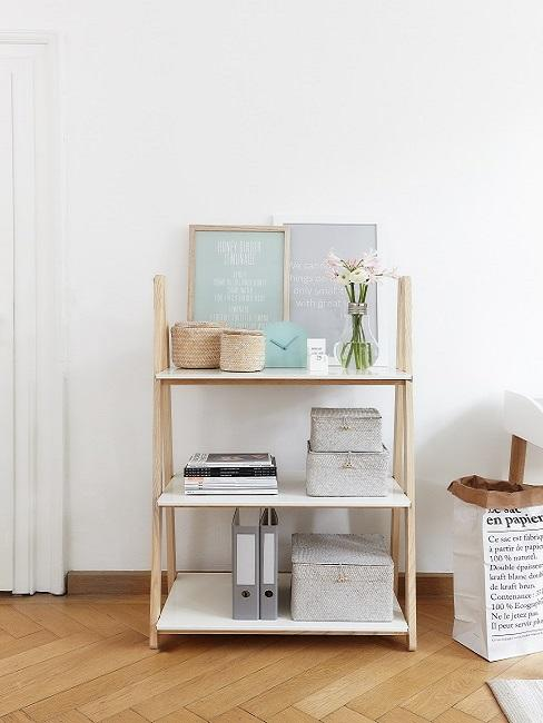 Regał z segregatorami, pudełkami do przechowywania i  dekoracją