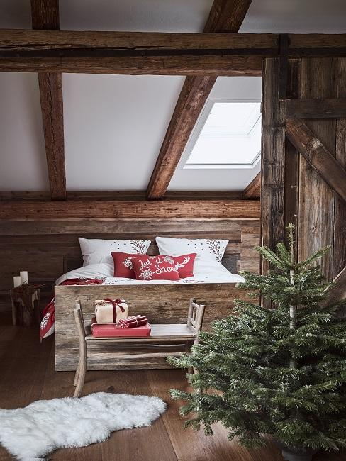 Rustikales Schlafzimmer mit dunkler Holzverkleidung an den Wänden, einem Bett aus Holz und einer Tanne