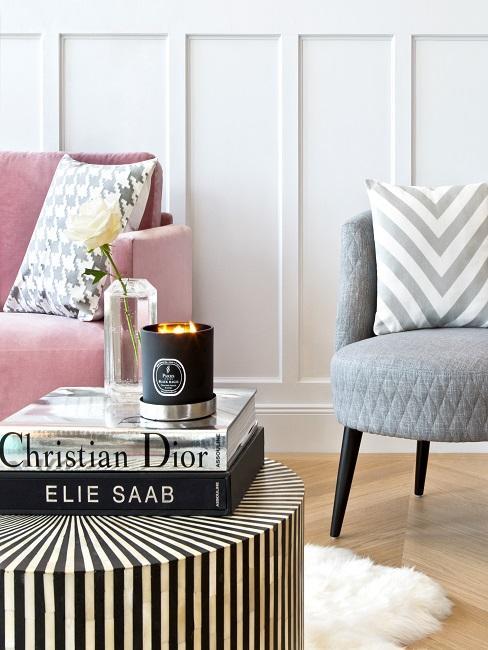 Heritage Style grauer Sessel und schwarz weiß gestreifter Couchtisch