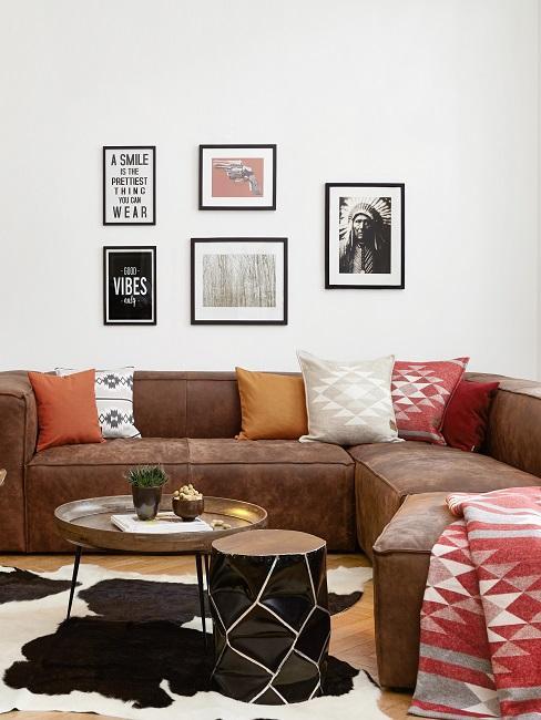 Terracotta Kissen auf Ledersofa im Wohnzimmr mit Bilderwand