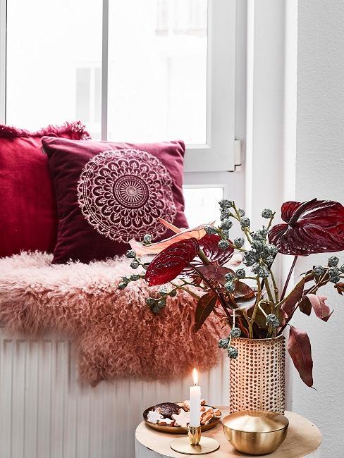 Fensterbank Deko herbstlich mit Kissen, Fellen, Blumen.