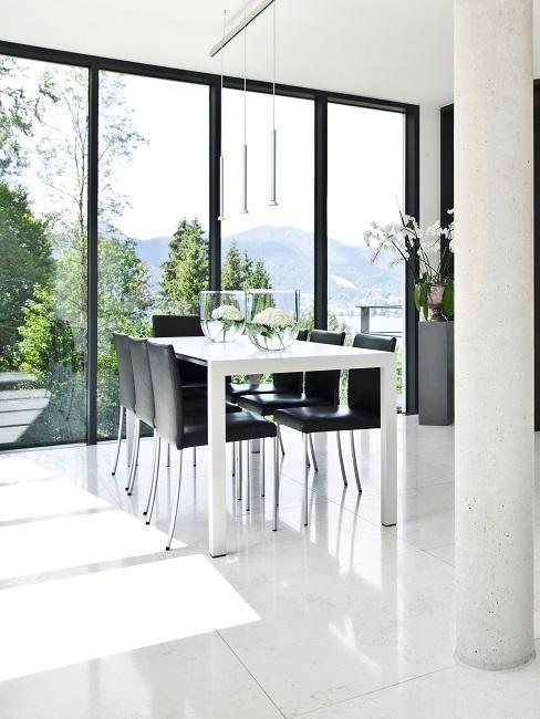 Ein heller Essbereich in einem modernen Haus in Schwarz Weiß im minimalistischen Stil