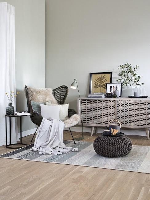 Gedeckte Farben Sitzecke mit Stuhl, Fell, Teppich, Pouf