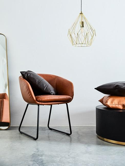 Veganes Leder brauner Sessel mit schwarzem Kissen