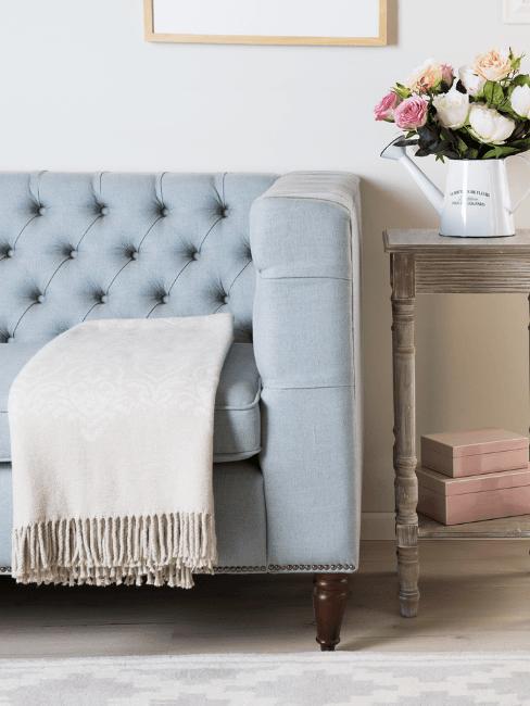 Dettaglio divano color carta da zucchero e decorazioni