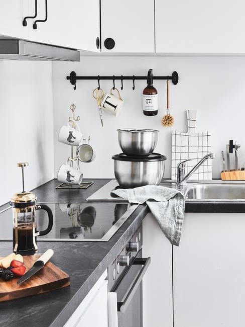 cucina moderna con utensili e accessori appesi