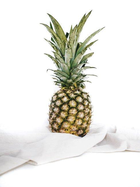 Ananas op witte lakens