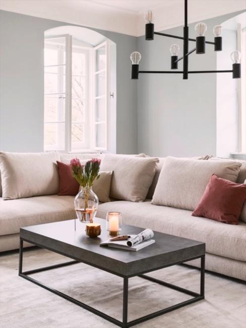 angolo divano con tavolino moderno in metallo e lampada in metallo