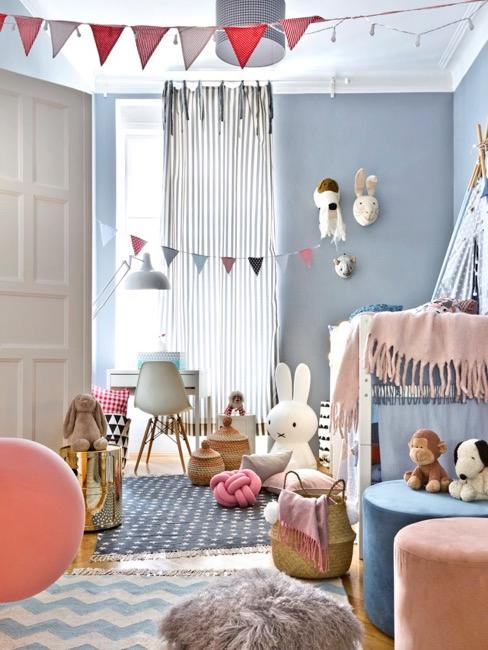 Habitación de niños en color azul clarito con elementos decorativos en tonos pastel