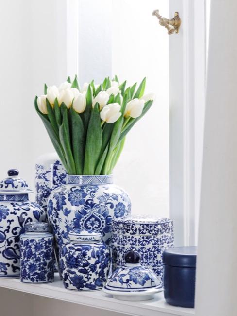 Tibores asiáticos en tonos azules con tulipanes blancos