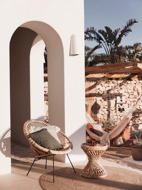 Terraza con muebles de mimbre y accesorios en tonos marrones