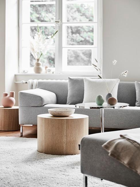 Wohnzimmer mit einer grauen Couch und einem grauen Sessel und einem Holztisch.