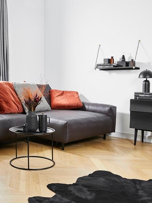 Bauhausstil schwarze Ledercouch mit roten Kissen