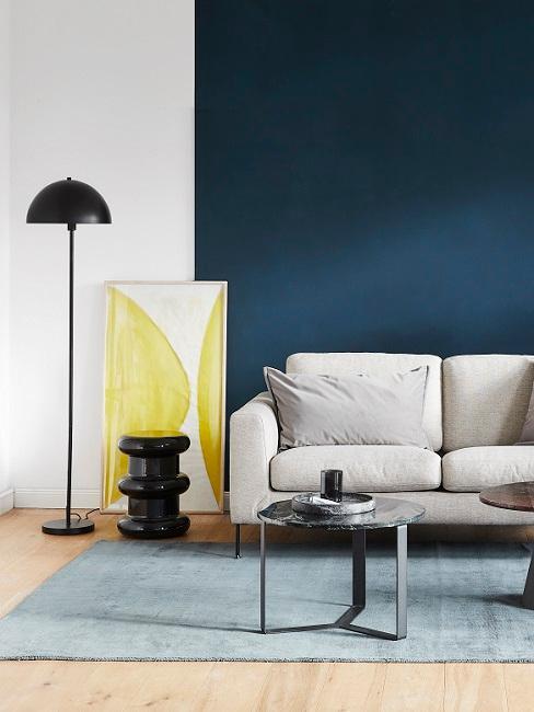 Wohnraum im Bauhausstil in Gelb und Blau