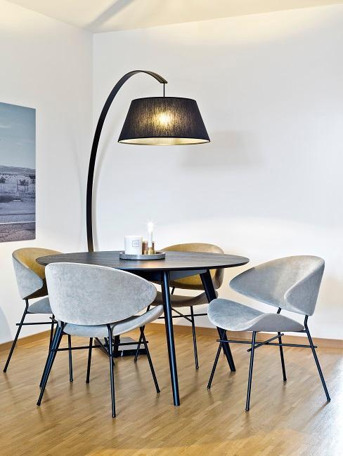 Bauhausstil Esszimmer mit rundem Tisch, grauen Stühlen und großer Stehlampe