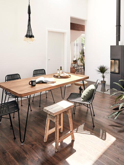 Salón comedor con mesa y sillas de madera y mini chimenea