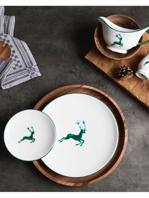 Porcelaine Gmundner avec motif de cerf vert sur plateau en bois foncé