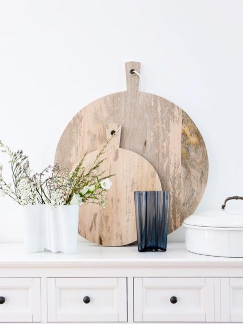 Commode rustique avec planches à découper en bois
