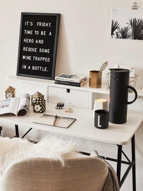 Bureau avec tableau d'affichage