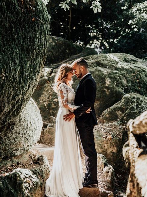 Couple de mariés s'embrassant le jour du mariage