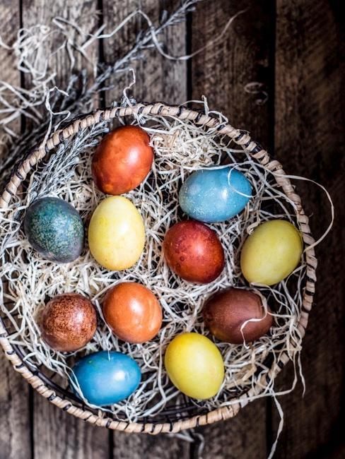 Panier en osier avec œufs de Pâques