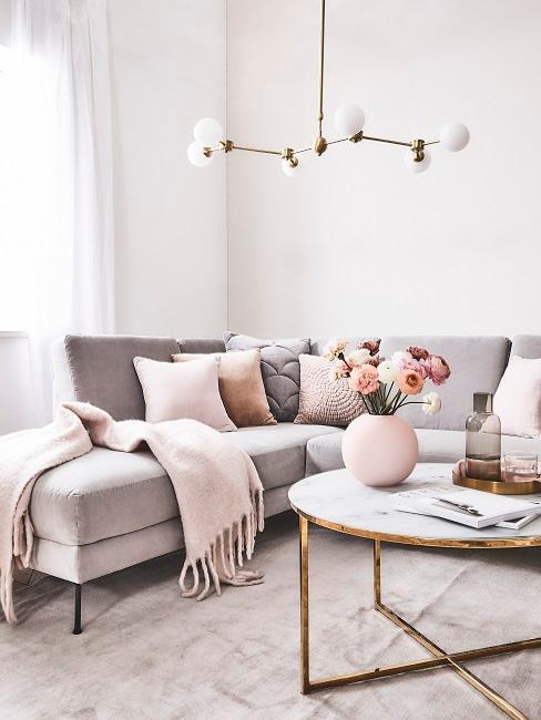 Hellgraue Couch mit Deko in Hellrosa