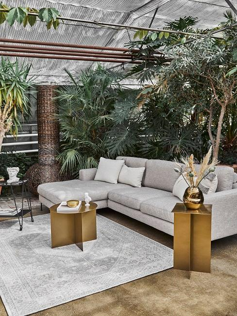 Outdoorwohnbereich mit pompösen Zimmerpflanzen