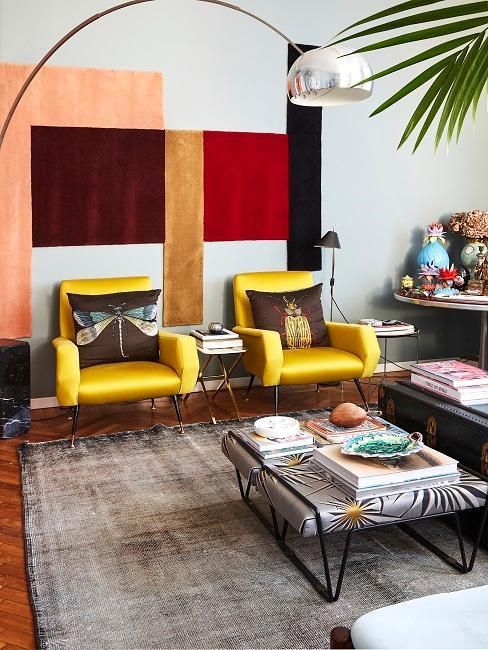 Gelbe Stühle in buntem Zimmer