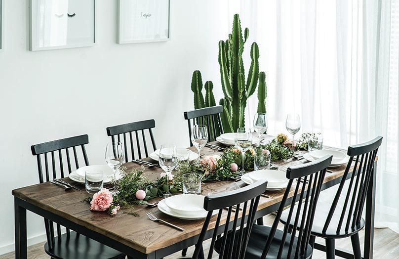 Camino de mesa con flores y plantas