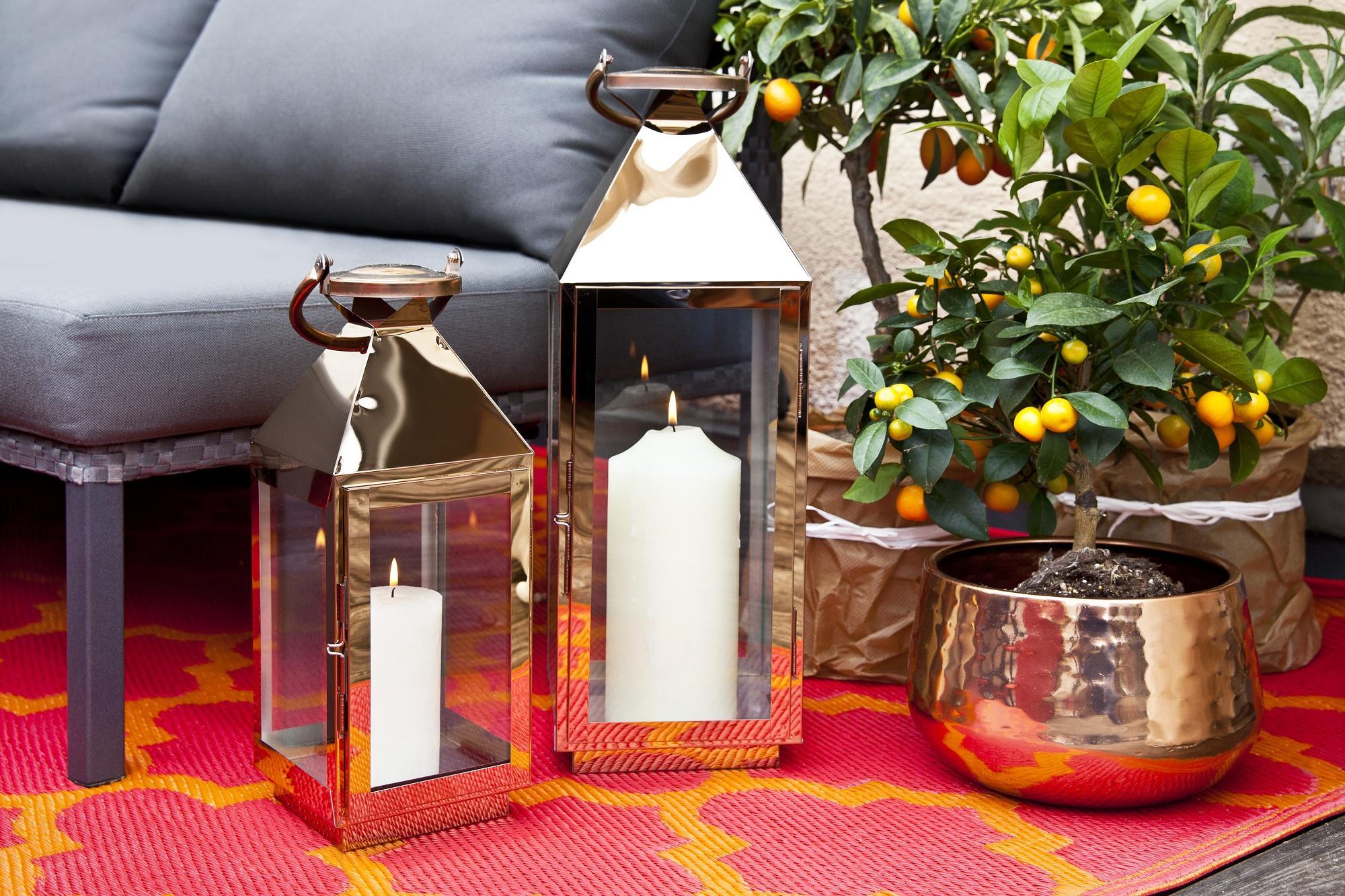Decorate i davanzali con lanterne e candele profumate con vasetti in vetro dai mille colori.
