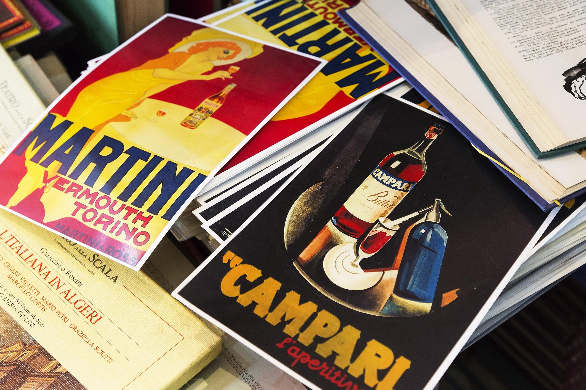 Un vero e proprio caffè letterario, in cui appassionati o semplici curiosi possono sfogliare, e acquistare, libri originali editi a partire dagli inizi del 1900, con illustrazioni realizzate da artisti quali Salvator Dalì o Giorgio de Chirico.