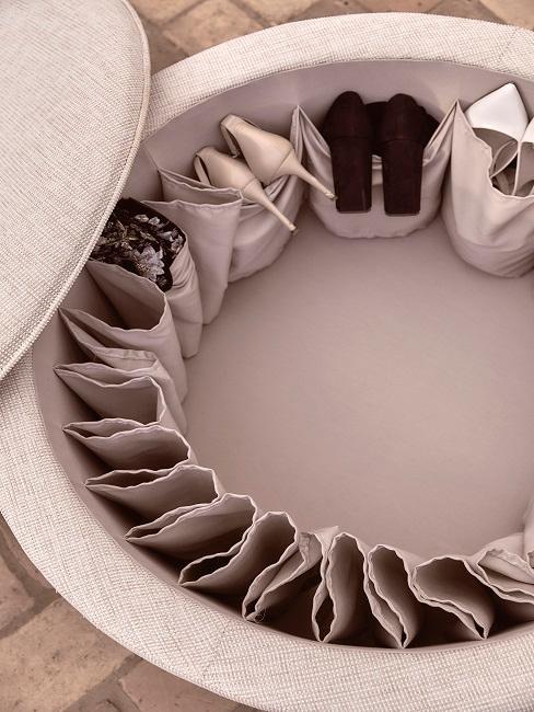 Chaussures rangées dans un pouf