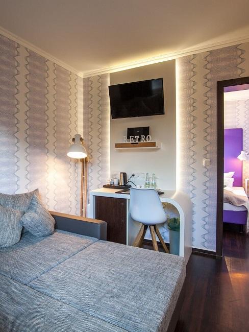 Retro Stil Schlafzimmer mit gemusterten Tapete