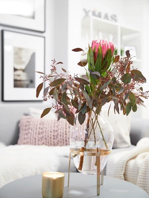 Salontafel in de woonkamer met bloemen in vaas