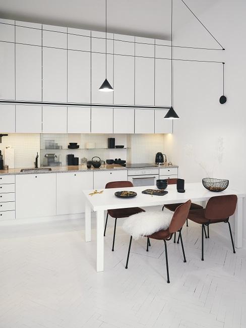 Küchen Design Ideen weiße Küche mit braznen Stühlen und schwarzen Leuchten