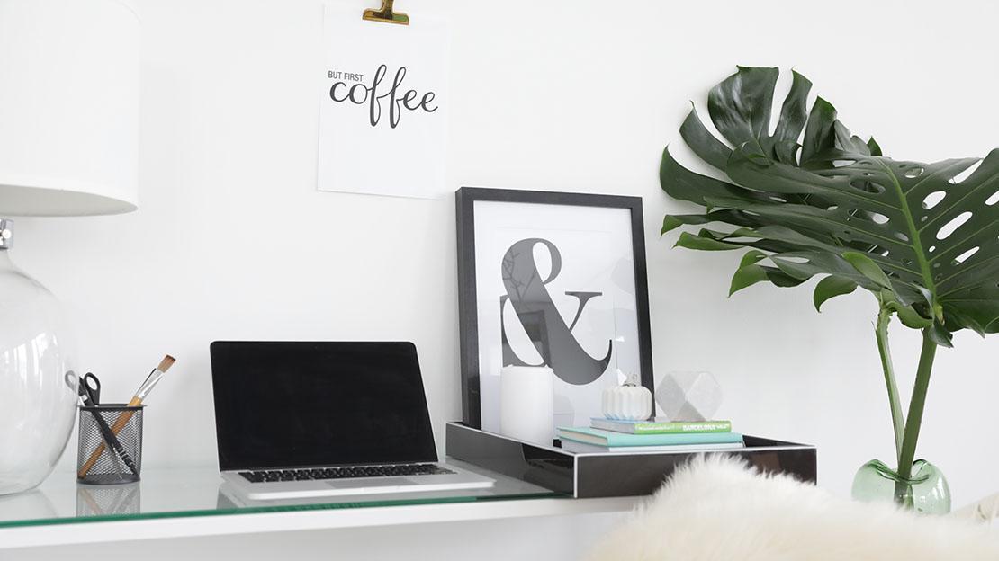 Minimalistische Konsole mit Laptop, Dekotablett, Lampe und Pflanze