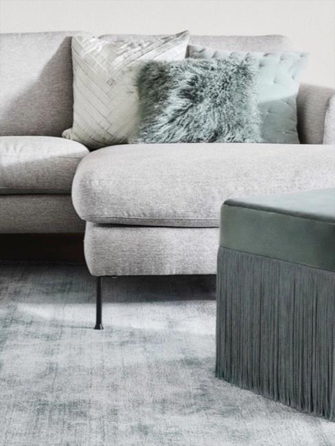 Sofá de esquina en tonos pastel gris y con cojines