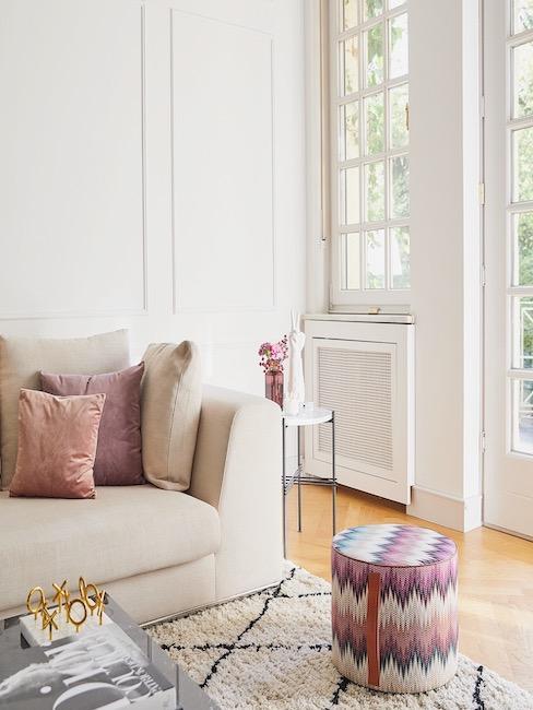 Salón en tonos beige con puf de estilo italiano en rosas