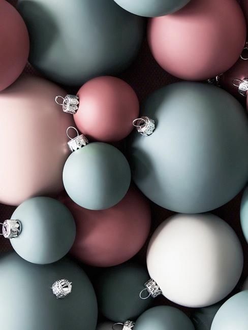 Set de bolas de Navidad en tonos rosas, verde grisáceo y perla