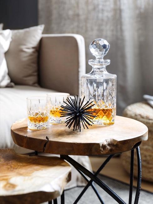 Tavolino con biccheri e bottiglia in vetro