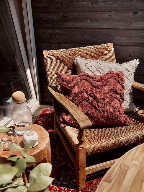 Stuhl mit Kissen auf der Terrasse