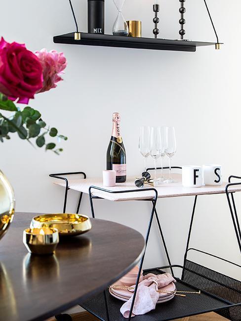 Barwagen in Esszimmer mit Champagnerflasche und Sektgläsern