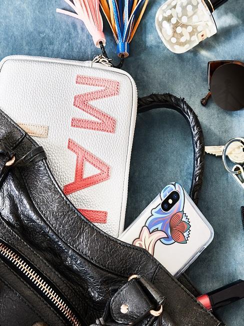 Accesorios para el móvil dentro de un bolso negro