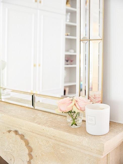 decorazioni camino con candela, fiori e specchio