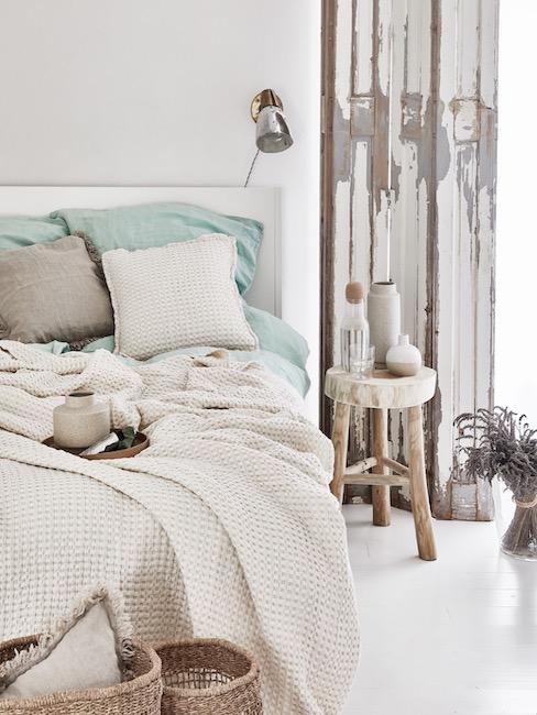 Camera da letto con lenzuola bianche e azzurre