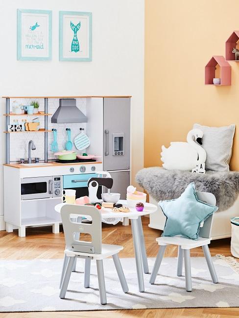 Kinderzimmer Wandideen mit Bildern und Regalen.