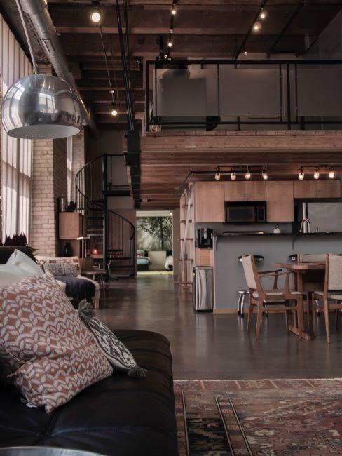 soggiorno in stile industriale con soppalco in legno