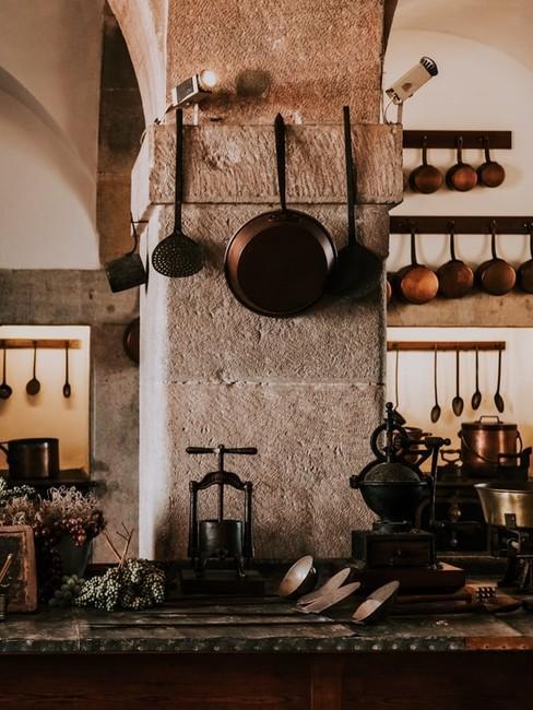 Betonowa kuchnia z akcesoriami kuchennymi